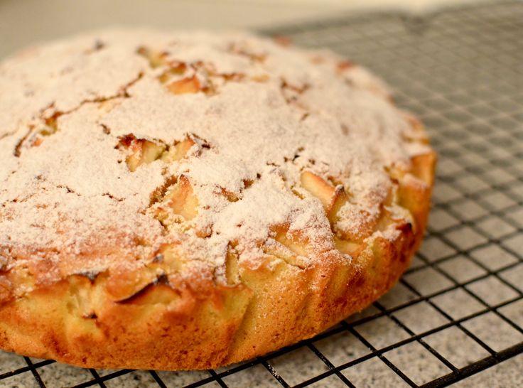 En sukkerfri æblekage, er noget at den nemmeste og hurtigste lige at røre sammen, og smide i ovnen, hvis der skulle komme uventede gæster.