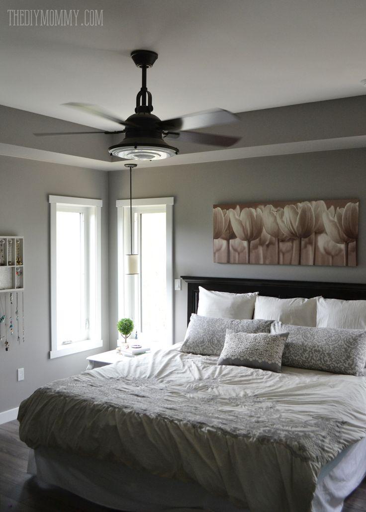 ME GUSTAN LAS VENTANAS EN LA ESQUINAUna habitación gris y blanco sereno principal con almohadas de bricolaje.