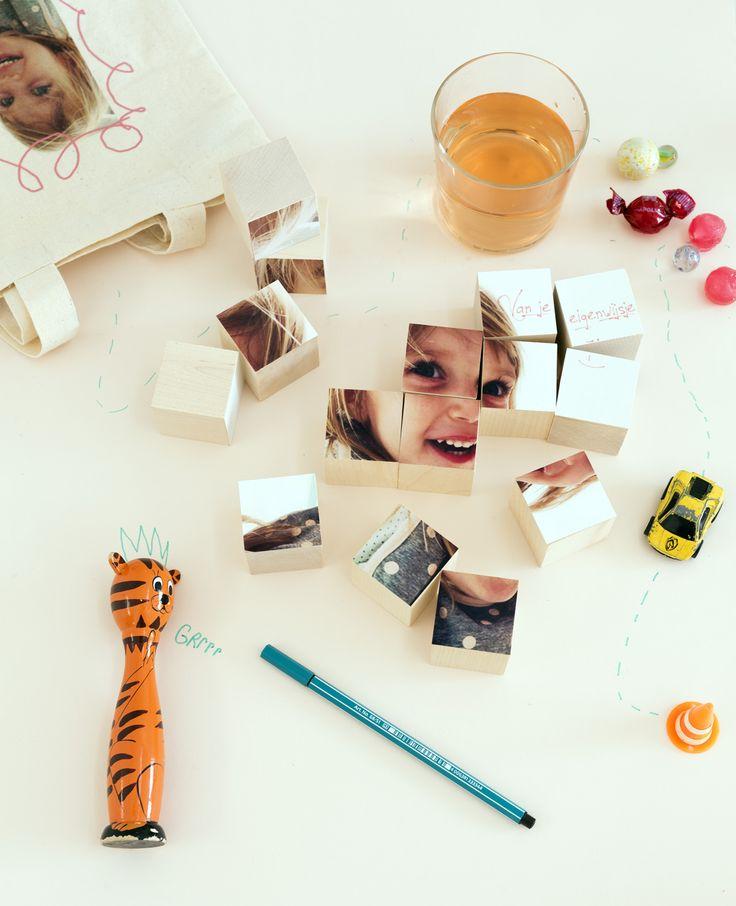 Het is even puzzelen!Een mooie foto als cadeau, maar daar moet je wel eerst wat voor doen… Puzzelblokken met foto's! Puzzelblokken Dit heb je nodig Blanco houten blokken Fotoprint Spuitlijm Papiermesje Snijmat Snijlineaal Pen Zo maak je het Stap 1…