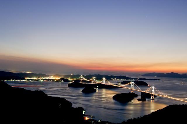 土木構造物写真「世界初の3連吊橋:来島海峡大橋 (しまなみ海道)」の紹介です。他にもたくさんの土木構造物の写真があります。