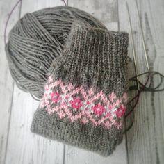"""535 tykkäystä, 45 kommenttia - Debbie (@happylittlecottage1) Instagramissa: """"Sock knitting on a Saturday afternoon♥ #solidagosocks #knittersofinstagram #fairisle """""""