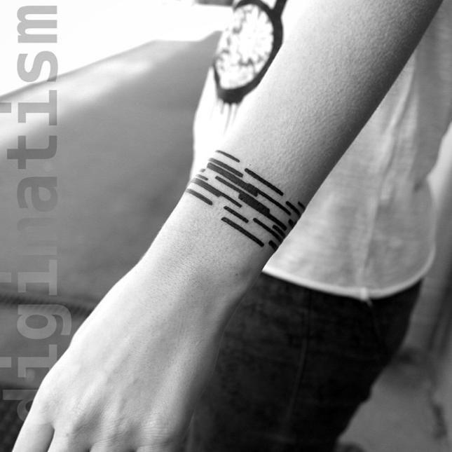 """Художникът Станислав Вилчински (Stanislaw Wilczynski), базиран в Москва, създава оригинални татуировки, които се отличават със смели и ясно отличителни линии. За своите творби той употребява термина """"digimatism"""", който описва чисти, ненаситени с емоции абстрактни фигури, създадени с помощта на цифрови технологии."""