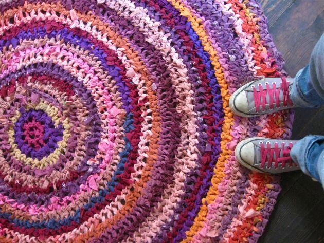Cómo hacer alfombras a mano tejidas con tela- Paso a paso: Floors Covers, Crochet Rag Rugs, Rag Rugs Tutorials, Floors Mats, Crochet Rugs, Handmade Rugs, Diy Floors, Diy Rugs, Floors Rugs