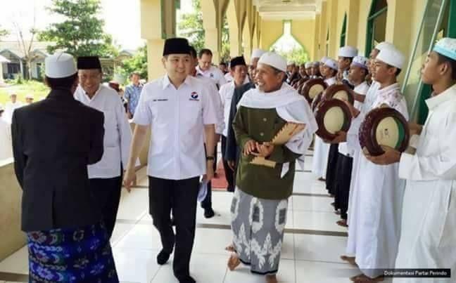 """Inilah Untungnya Jika Politik Dipisah dari Agama  Oleh: @JonruGinting  Beberapa hari lalu Presiden Jokowi membuat pernyataan bahwa politik harus benar-benar dipisah dari agama. Dan dalam waktu singkat pernyataan itu mendapat banyak sekali protes keras dari umat Islam.  Mereka bilang """"Terbuka nih sekarang kedoknya. Dulu Jokowi yang mencitrakan diri sebagai seorang Muslim taat sekarang terbukti sekuler dan liberal.""""  Ada juga yang bilang """"Islam tak bisa dipisahkan dari bidang kehidupan manapun…"""