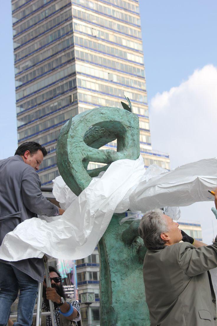 "Montaje de escultura monumental ""Dafne II"" de Juan Soriano #EnEstoVerAquello"