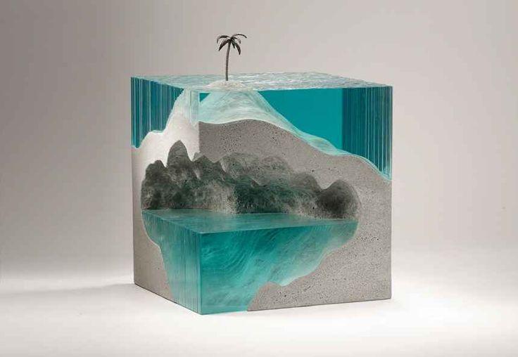 L'artista Ben Young ricostruisce i fondali dell'Oceano Pacifico assemblando lastre di vetro L'artista neozelandese Ben Young è nato e cresciuto accanto all'Oceano. Ha costruito barche ed è un surfista. Da quindici anni ha elaborato un metodo per scolpire la costa del Pacifico con tanto di f #arte #scultura #oceano