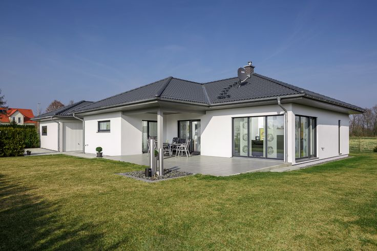 Bungalow walmdach 130 traumh user pinterest bungalows for Bungalow modern satteldach