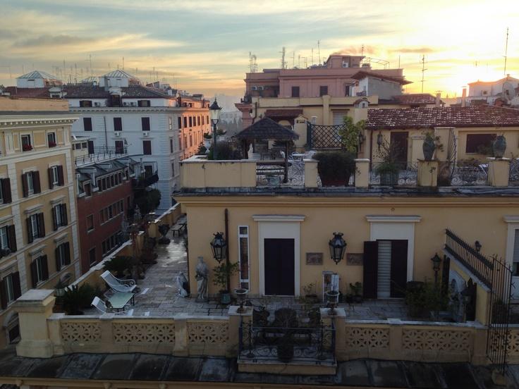 Si accende il giorno sopra i tetti di Roma