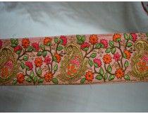 Gouden Embroidered ontwerper Trims op Peachy roze zijde-Base
