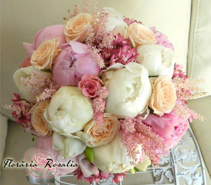 Bujori albi si roz, astilbe, bouvardia, miniroze
