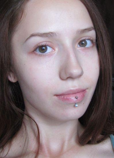 Темный макияж с бордовыми тенями