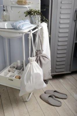 Tygpåse med knytband. Ger snygg förvaring till tex. klädnypor och toapappersrullar.Finns i färgerna vitt och grått. Höjd: 37cmBredd: 30cm