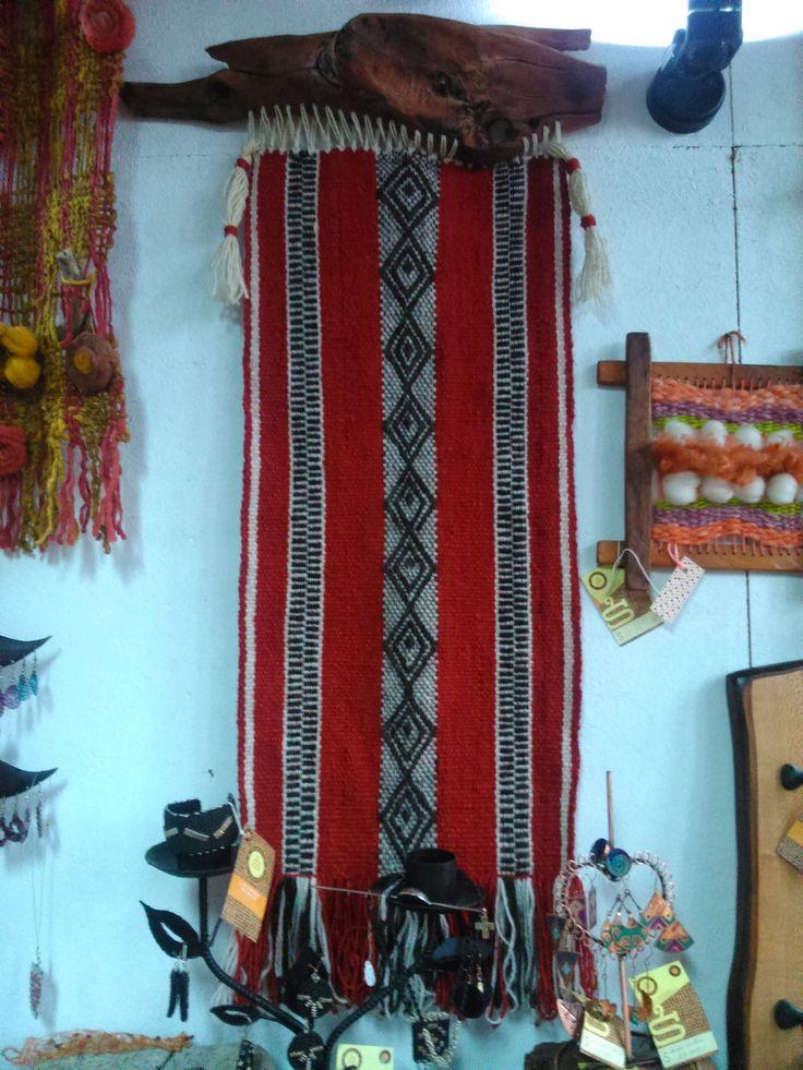 Telar Mapuche en rojo, con madera de raulí