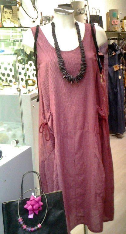 alcuni nuovi arrivi collana in neoprene collezione made in To abito lungo con righe e dettaglio bon ton sulla tasca, in viscosa no stiro