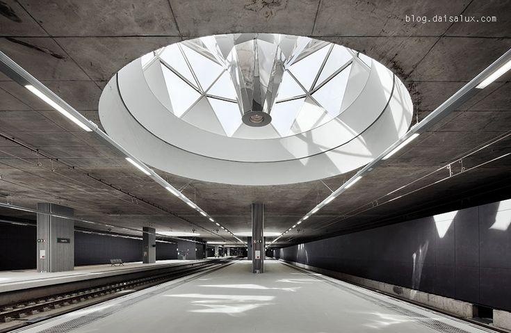 En el #parque sobre la estación de #tren de Logroño destacan los catorce #lucernarios por los que la luz del sol entra a la estación. El sistema de #espejos utilizado para guiar la luz hasta el interior recuerda al de la cúpula del #Reichstag de Berlín, diseñada por Sir Norman Foster.