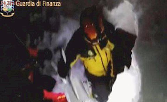 Pod sněhem je má žena a dvě děti, říká muž, který přežil lavinu. Díky cestě do auta