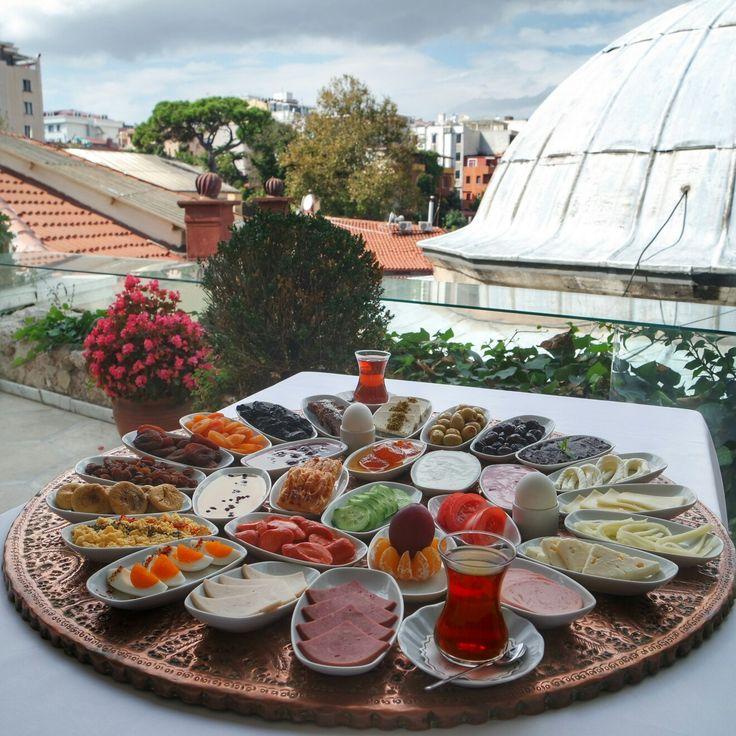 Sizleri Osmanlı Mutfağının İstanbul'daki en lezzetli temsilcilerinden @matbahrestaurant ın menüsüne yeni eklediği kahvaltısı ile tanıştırayım ℹÇeşitli peynirler,zeytinler ve kuru meyveler menüde ilk sırayı alıyor Simit,poğaça ve çeşitli hamurişleri de buna dahil Görmüş olduğunuz kahvaltı tepsisi 4 kişilik Fiyat; tek kişi 40 TL, iki kişi için 60 TL ve sınırsız çay #kahvalti #breakfast #gunaydin #goodmorning #sultanahmet #matbahrestaurant #gezmelerdeyim