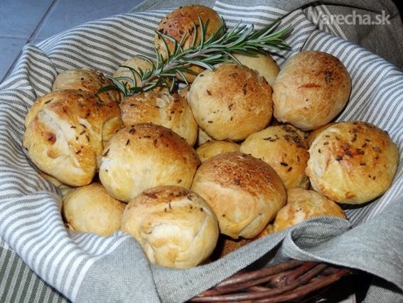 Máslové rozmarýnové houstičky s česnekem