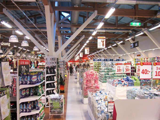 Weber Industrigolv i Dollarstore Östersund. Ett gammalt lokstall gjordes om till butik. För att få ordning på det ojämna golvet användes Weber Industrigolv.