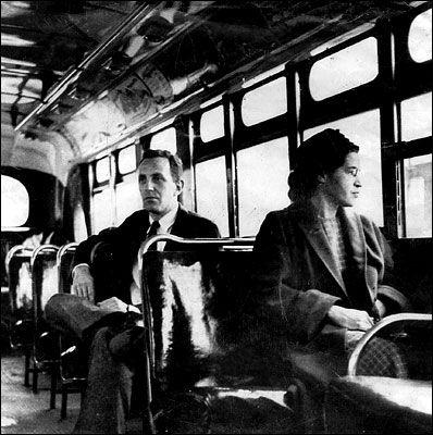 Rosa Parks. Le premier décembre 1955, elle monte dans le bus et paie son trajet, comme tous les jours. Mais cette fois-ci, elle s'assied au premier rang et refuse de céder sa place aux passagers blancs. Le chauffeur du bus est contraint d'appeler la police car Rosa Parks, déterminée, reste assise. Elle passera la nuit en prison, et sera condamnée à une amende pour son acte subversif. Cet acte sera un grand progrès pour la cause des noirs aux U.s.a....!