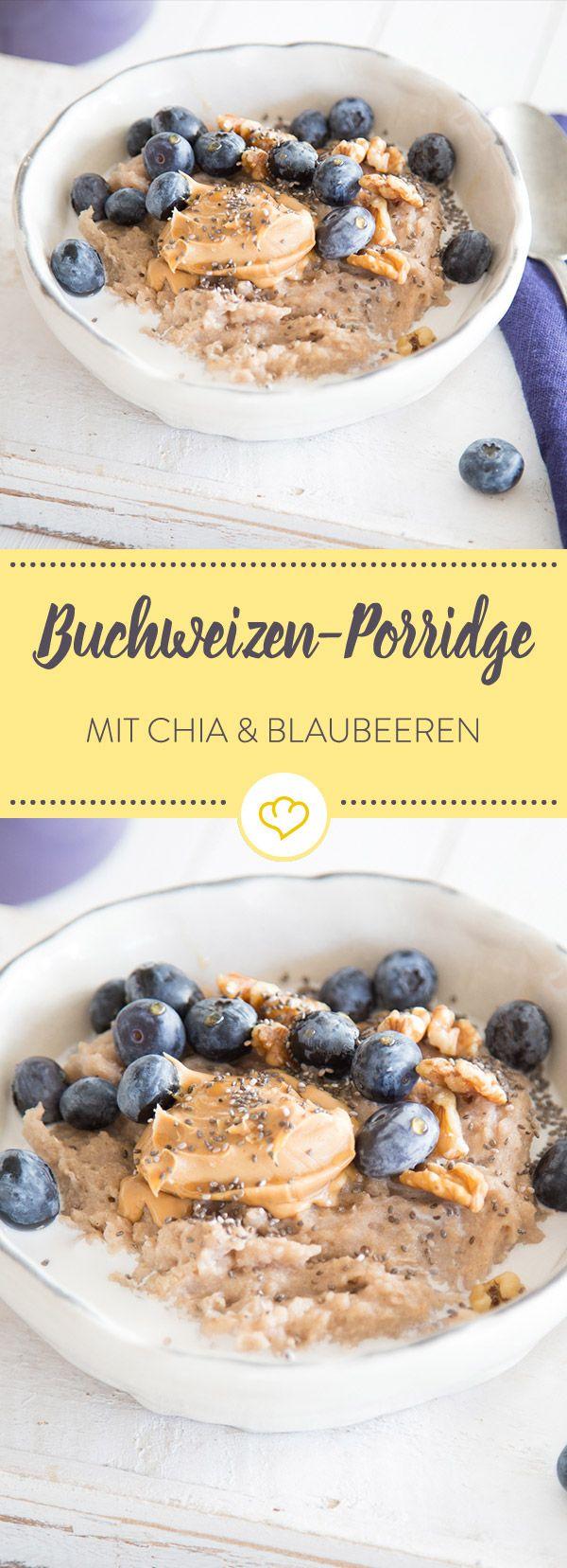 Schmeckt lecker, macht lange satt und ist gesund. Wunderbares Buchweizen-Porridge, getoppt von Chia-Samen, Mandelmus, Walnüssen und frischen Blaubeeren.