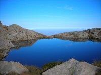 Lago d'alta montagna, sopra il Santuario di Oropa (Italia)