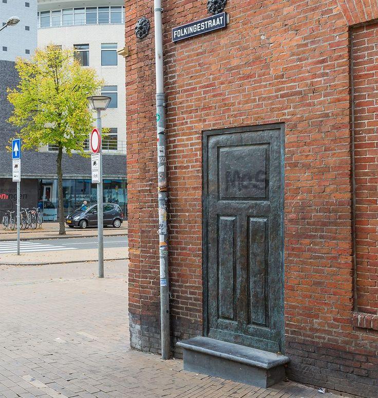 Achter deze gesloten deur ligt de geschiedenis van de Folkingestraat verborgen. De ontoegankelijke deur symboliseert voor de kunstenaar het verleden, de geschiedenissen en de gebeurtenissen in de Folkingestraat die niet meer naverteld kunnen worden, omdat de mensen die er eens leefden, tijdens de Tweede Wereldoorlog weggevoerd zijn. Het verleden is buiten bereik geraakt. Een deur zonder klink is daarnaast de verbeelding van de situatie van de Joden in WOII op zich: er was geen uitweg…
