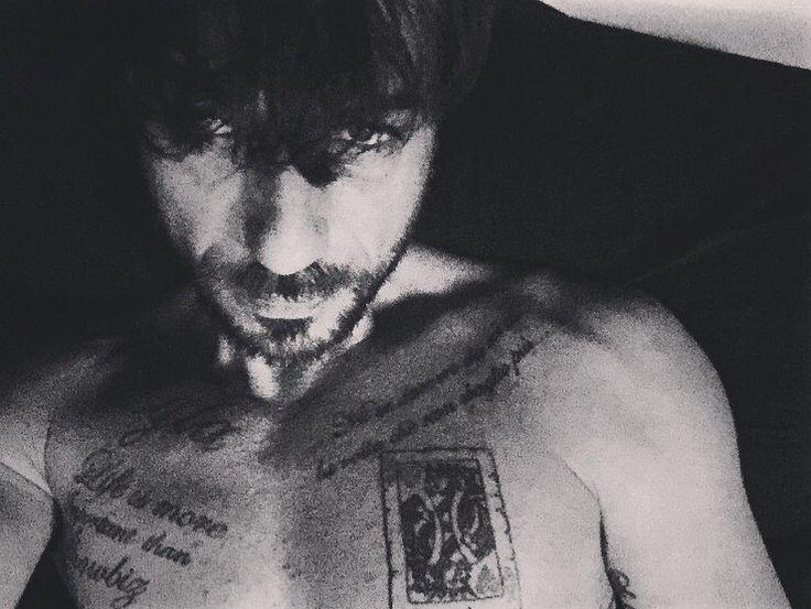 #CostantinoVitagliano Costantino Vitagliano: Lunedì mattina grigio☔️ Buon inizio settimana a tutti!! #casavitagliano #milanomarittima #mondaymood #goodmorning #wakeup #haveaniceweek #blackandwhite #bw #tattoo #ink #home #rain #winter #selfie #costantino #siviveunavoltasola