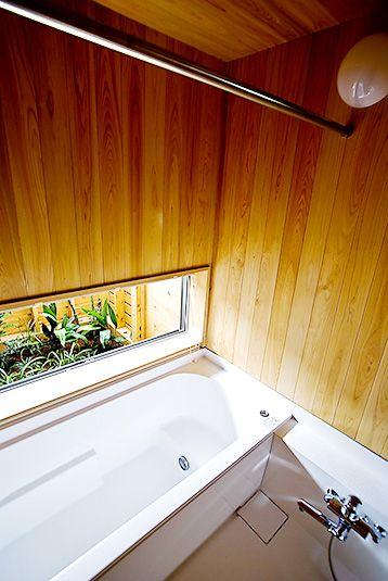 坪庭のある桧の浴室