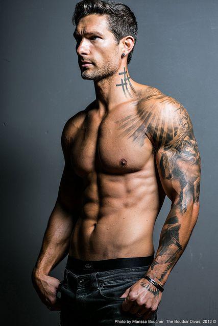 Tattoo Men right arm. Schönes Tattoo für Männer am rechten Oberarm