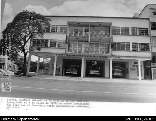 Biblioteca Departamental Jorge Garces Borrero y CBU VOLUNTARIOS. Cuartel Central del Cuerpo de Bomberos Voluntarios de Cali, inagurado el 8 de julio de 1977 Cali 1977.OTRO: Biblioteca Departamental Jorge Garces Borrero, 1977. 20 X 25.