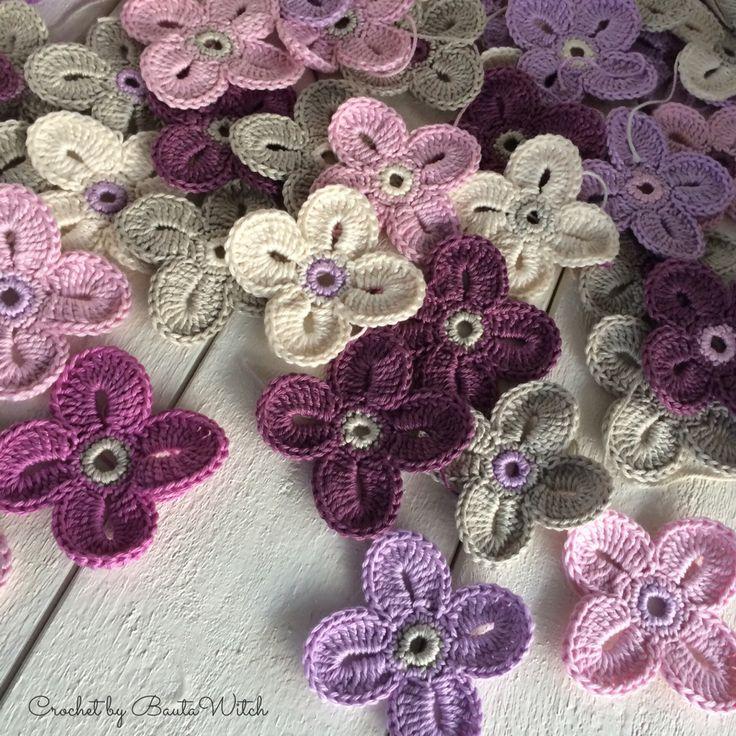 """Den här otroligt söta virkade blomman är designad av Sarah London.Hon kallar den för """"the Hawaiian flower"""". När jag fick syn pådessa vackra men enkla blommorför först gången på Pinterestblev ja..."""
