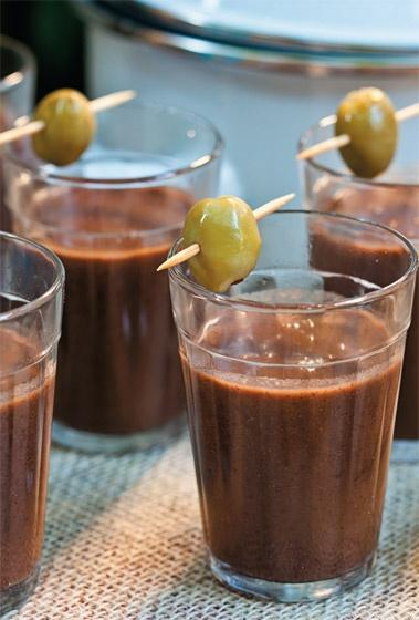 Caldinho de feijão no copo americano via Salada da Casa