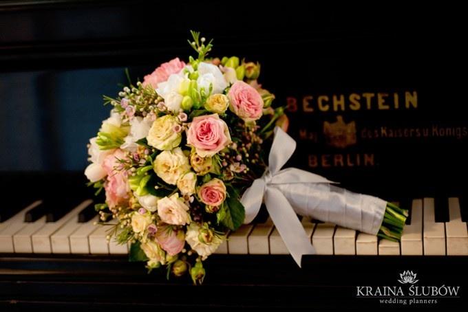 Pale pink wedding bouquet with silver bow / Bukiet ślubny w pudrowo różowej tonacji ze srebrną kokardą / fot. Paulina Sztenkiel/Kraina Ślubów