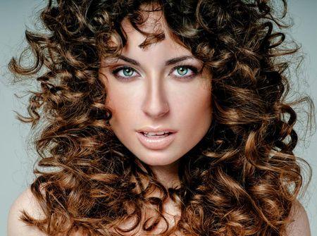 Schöne lange Frisuren mit Locken: Romantische Frisur mit Naturlocken