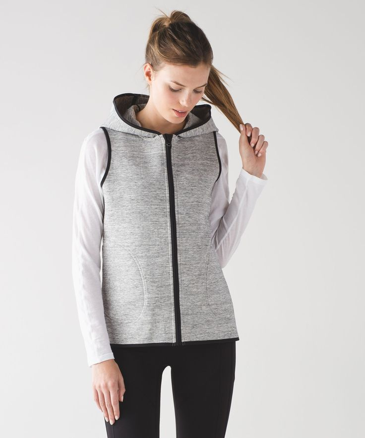 Keep your core cozy post-practice in this reversible vest. Spacer fabric is the future of post-sweat layering. The double-bonded fabric has an inside layer that wicks away sweat, and an outer layer that protects you from the elements.