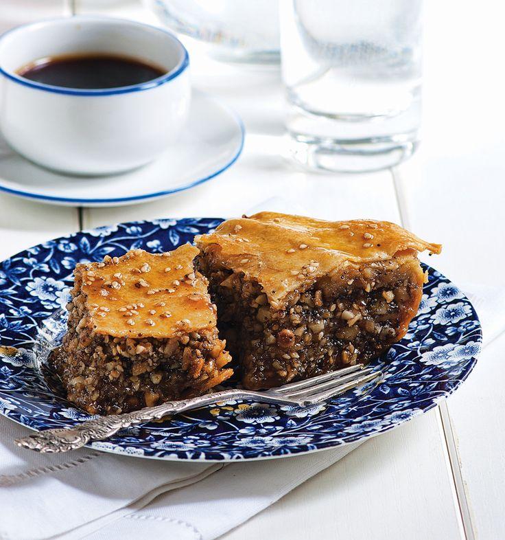 Μπόλικο σουσάμι, ποικιλία ξηρών καρπών, φύλλο σπιτικό με ελαιόλαδο και σιροπιασμένο με μέλι και πετιμέζι, σε ένα γλυκό του ταψιού με κρητική καταγωγή, που θεωρείται ο πρόδρομος του σημερινού μπακλαβά… #μπακλαβάς