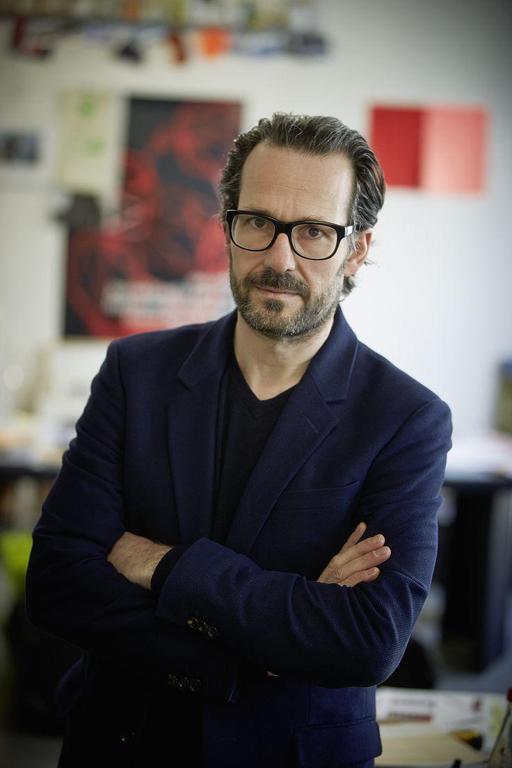 Monachijski designer Konstantin Grgic jest uważany za jednego z najważniejszych współczesnych projektantów, a jego spektakularna kolekcja umywalek, brodzików i wanien zaprojektowana dla marki Laufen zostanie zaprezentowana po raz pierwszy podczas tegorocznych targów ISH. Grgic wciąż bada potencjał materiału SaphirKeramik™, na nowo określając jego twórcze granice. Nowa kolekcja charakteryzuje się prostymi kształtami, funkcjonalnością oraz architektocznicznym podejściem.