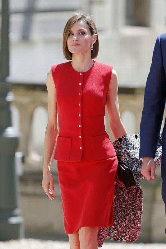 La Reina Letizia con  un 'total red', de falda por encima de la rodilla y top abotonado sin mangas.