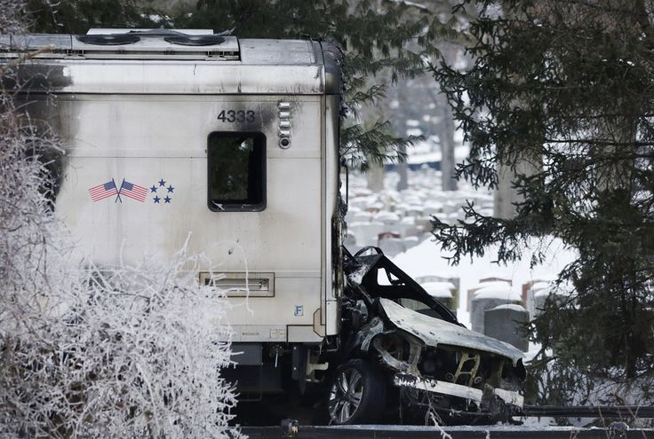 Foto mostra destroços do acidente entre um trem e um veículo em Valhalla, no Estado de Nova York, nos EUA. Um trem lotado de passageiros bateu em um veículo esportivo de frente e o veículo explodiu em chamas, matando ao menos seis pessoas (Foto: AP) - http://epoca.globo.com/tempo/filtro/fotos/2015/02/fotos-do-dia-4-de-fevereiro-de-2015.html