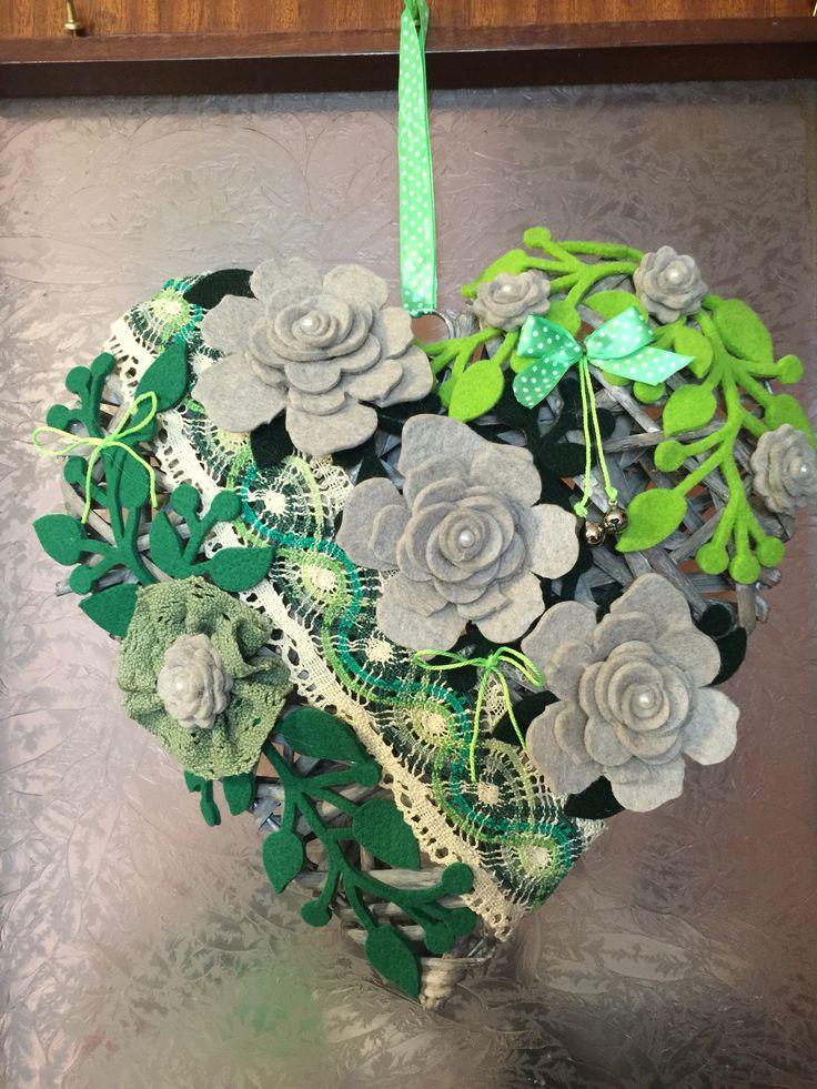 Cuore grande, in rattan, con decorazioni sui toni del verde!