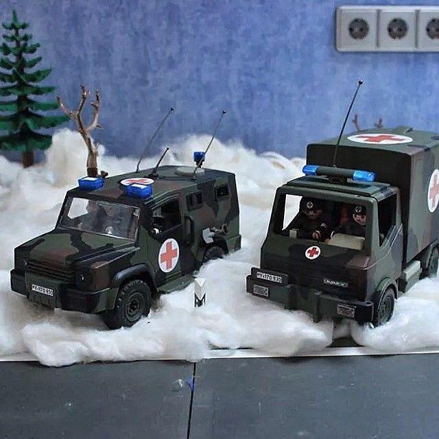 Unser Facebook-Fan Björn Techert hat uns dieses tolle Bild von zwei selbst umgebauten Playmobil Autos geschickt. Zu sehen sind ein beweglicher Arzttrupp (BAT) und ein Krankenkraftwagen (KrKw). #BwBlickwinkel #bjoernklickys #Playmobil #Bundeswehr #Sanitätsdienst