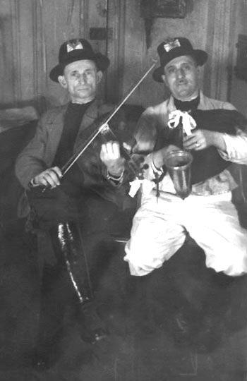 Walenty Majewski (skrzypce), Stanisław Skrzypalik (dudy) - 1942 r. Zwoje (The Scrolls) 3 (31), 2002, archiwum autorki (Liliana Osses Adams)