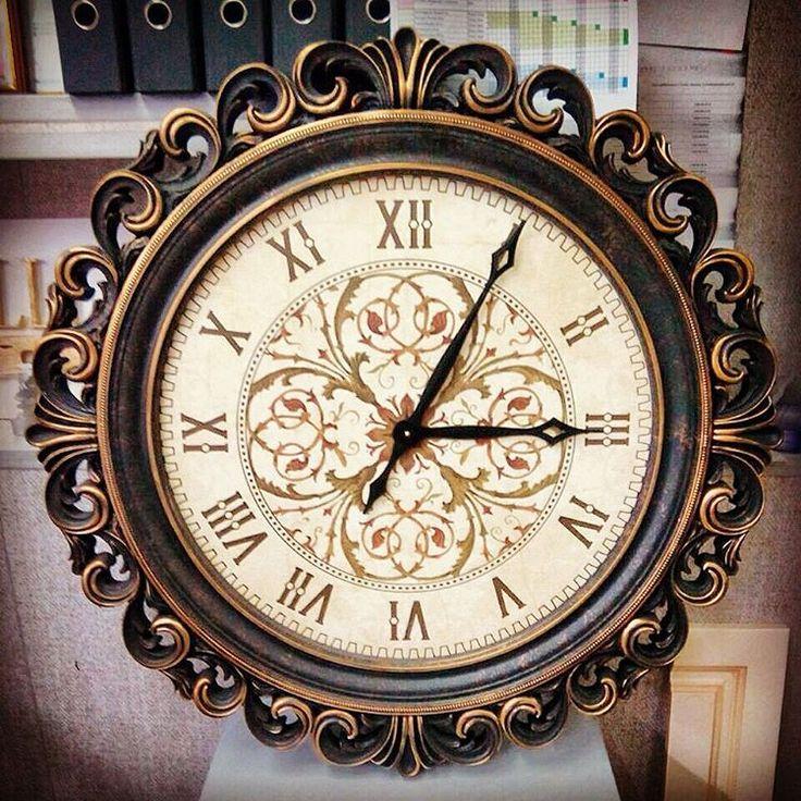 Часы в декоративной раме. Дизайн. Интерьер.