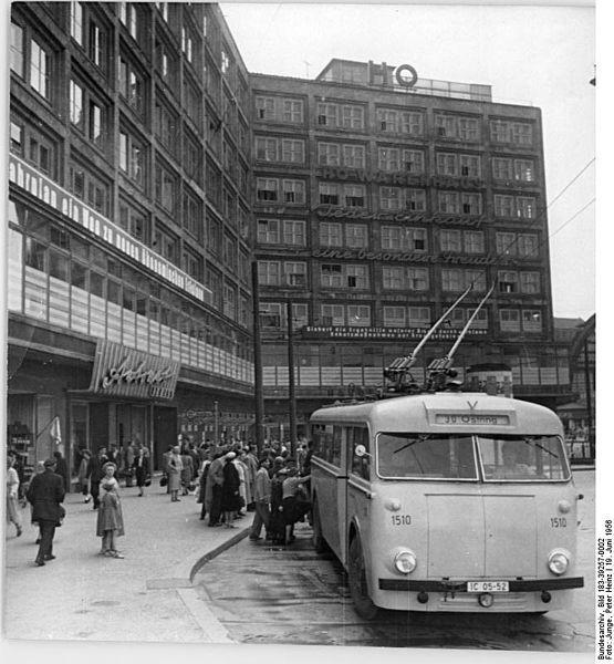 Berlin, Alexanderplatz, 19.6.1956  HO-Kaufhaus am Berliner Alexanderplatz (Aufnahmen vom 18.6.1956) UBz: Blick auf das Warenhaus der HO.