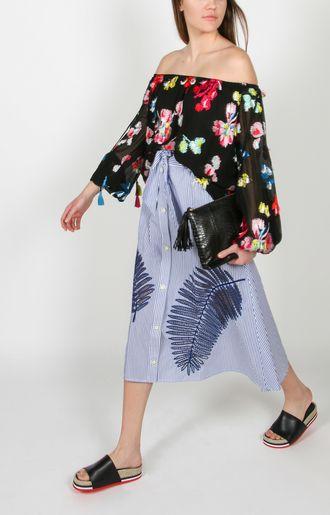 Diese Off-Shoulder-Bluse bezaubert durch seine Blumen Stickerei mit kleinen Quasten. Kaufen Sie jetzt das schulterfreie Blusentop von Tanya Taylor bei REYERlooks.com!
