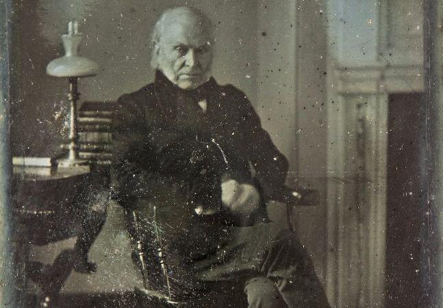 Objetos que contam a história dos Estados Unidos são desejados por milhares de colecionadores norte-americanos. Quando se trata de homens que comandaram o país, o interesse é maior ainda. É por isso que a foto mais antiga de um presidente dos EUA que se conhece vai a leilão em breve, e pode ser vendida por mais de 250 mil dólares. O retrato de John Quincy Adams, o sexto presidente norte-americano, foi tirado em 1843, quando ele atuava no Congresso: seu mandato como presidente havia terminado…
