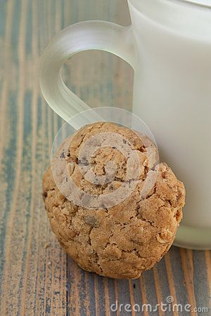 Oatmeal cookie with a glass of milk. Excellent and delicious fit.