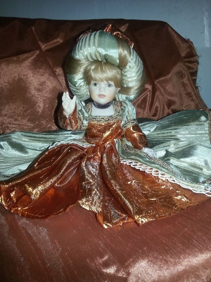 bambola in stile in porcellana italiana