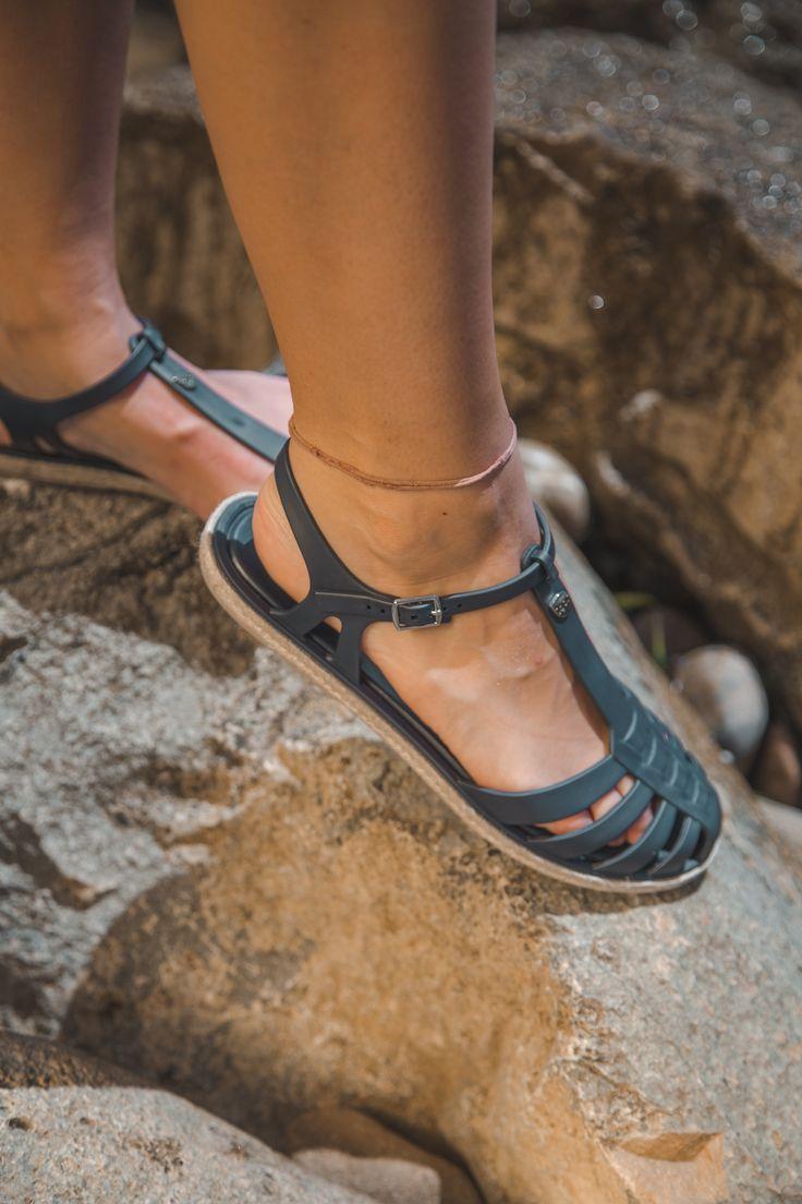 ¡Como nos gusta el verano!🌞 Con estas cangrejeras de Igor podrás disfrutar de todos los planes veraniegos con la mayor comodidad posible⛵️.¿Os gustan chicas?😍Ya disponibles en nuestras tiendas físicas y en 👉zapatosmayka.es👈  https://www.zapatosmayka.es/es/catalogo/mujer/igor/playa/chanclas/127022062251/altea/?nosto=frontpage-nosto-1